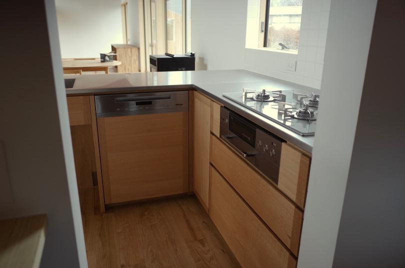 収納スペースも豊富な、無垢材のL型キッチン。