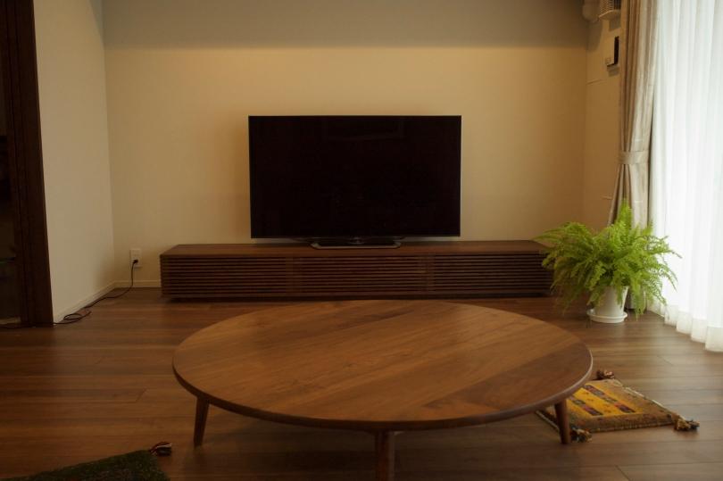 ウォールナット材の大型テレビボード